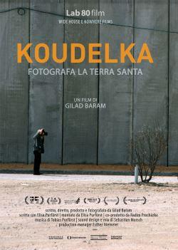locandina del film KOUDELKA FOTOGRAFA LA TERRA SANTA